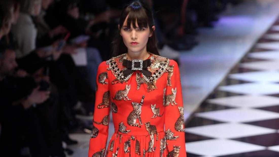 Lady in Red bei der Märchen-Show von Dolce & Gabbana in Mailand. Foto: Matteo Bazzi