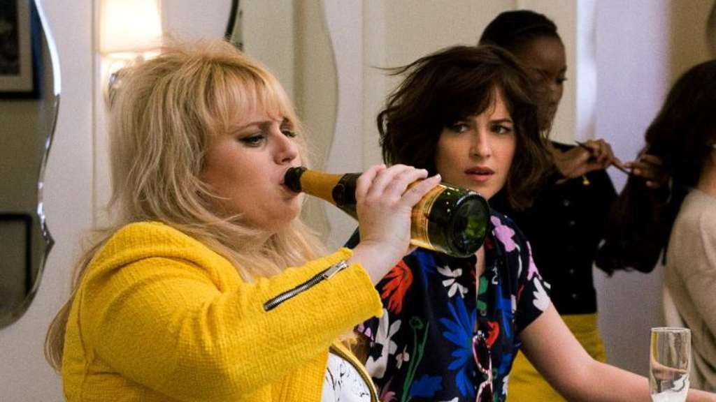"Robin (Rebel Wilson, l) und Alice (Dakota Johnson) lernen in ""How To Be Single"", wie man auch ohne Partner klarkommt. Foto: Warner Bros. Entertainment Inc."