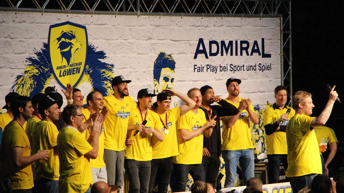 Die Rhein-Neckar Löwen feiern mit ihren Fans im Friedrichspark die Meisterschaft.