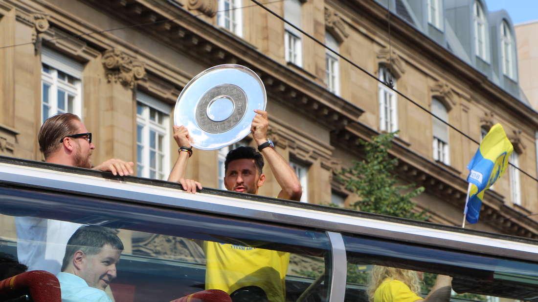 Die Rhein-Neckar Löwen werden im Mannheimer Rathaus empfangen und feiern den Meistertitel in der Innenstadt.