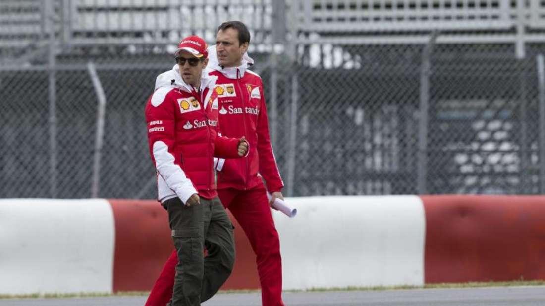Sebastian Vettel schaut sich mit seinem Techniker Riccardo Adami das Niveau der Strecke an. Foto: Valdrin Xhemaj