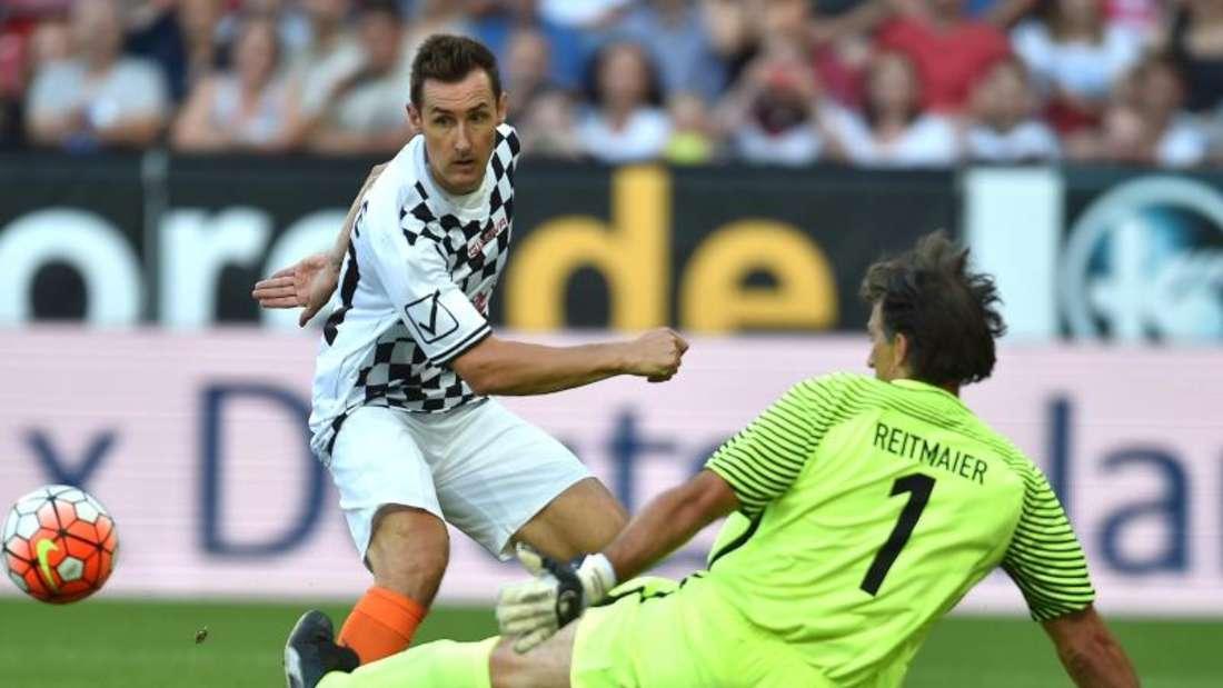 Miroslav Klose (l) scheitert vor dem Tor an Klaus Reitmaier. Foto: Torsten Silz
