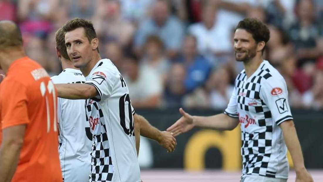Arne Friedrich (r) und Miroslav Klose spielen im Trikot der «Nazionale Piloti» auf. Foto: Torsten Silz