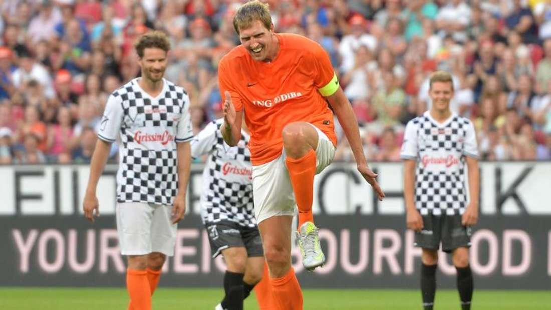 Dirk Nowitzki läuft tänzelnd zu einem Elfmeter an. Foto: Torsten Silz