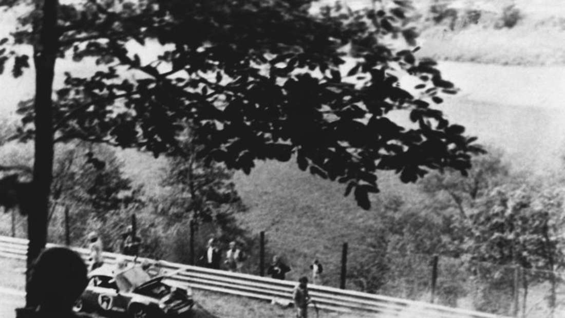 Beim Grand Prix auf dem Nürburgring am 01.08.1976 brennt der Ferrari des österreichischen Formel-1-Weltmeisters Niki Lauda. Foto: dpa