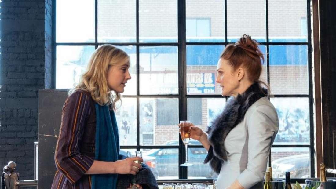 Maggie (Greta Gerwig, l.) und Georgette (Julianne Moore) kommen sich näher. Foto: MFA