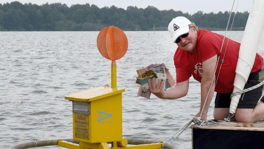 Reinhard Starke vom Segelclub Garbsen an der Postboje im Steinhuder Meer. Foto: Holger Hollemann