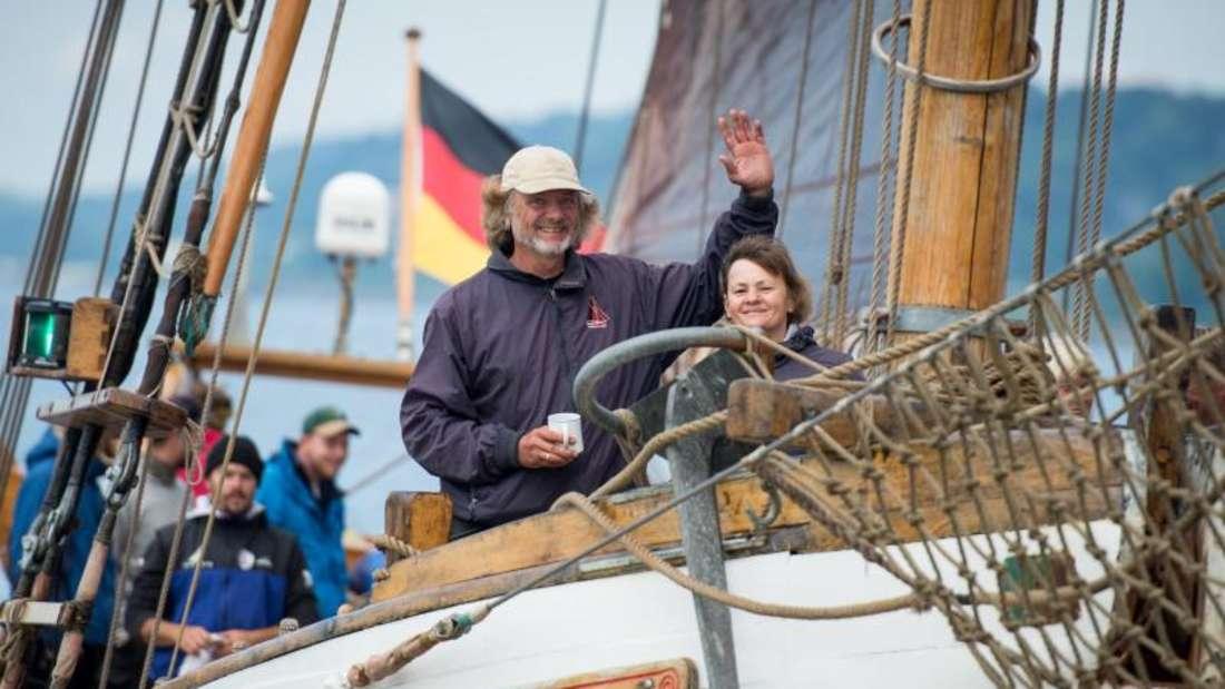 Arved Fuchs grüßt von Bord der «Dagmar Aaen». Foto: Daniel Reinhardt