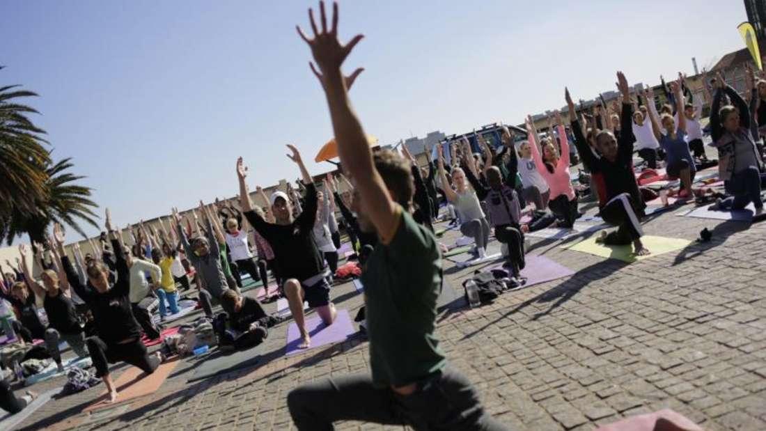 Zum«Mindful Triathlon» gehört auch Yoga. Foto: Cornell Tukiri