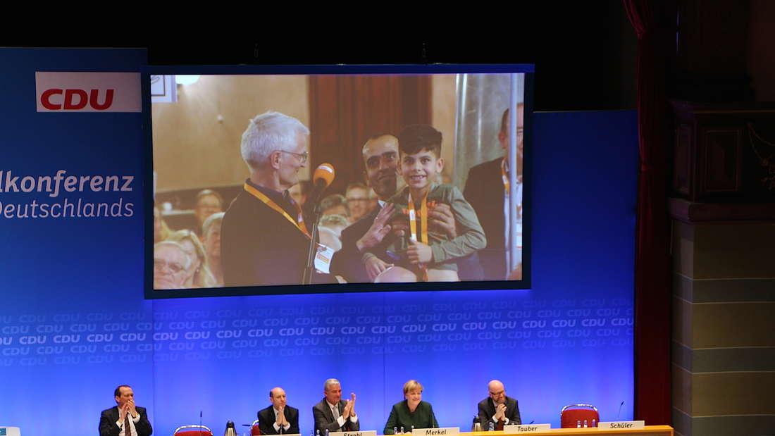 Der kleine Ebris mit seinem Vater bedankte sich bei Kanzlerin Merkel...
