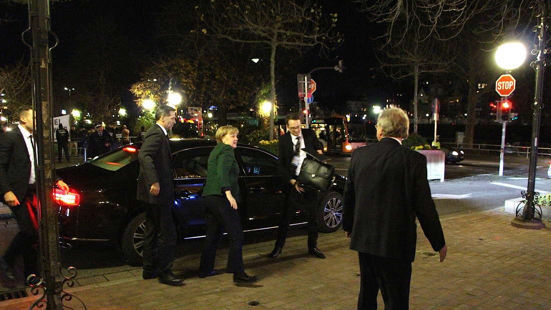 Die Ankunft der Kanzlerin dank Polizei-Eskorte um Punkt 18 Uhr.