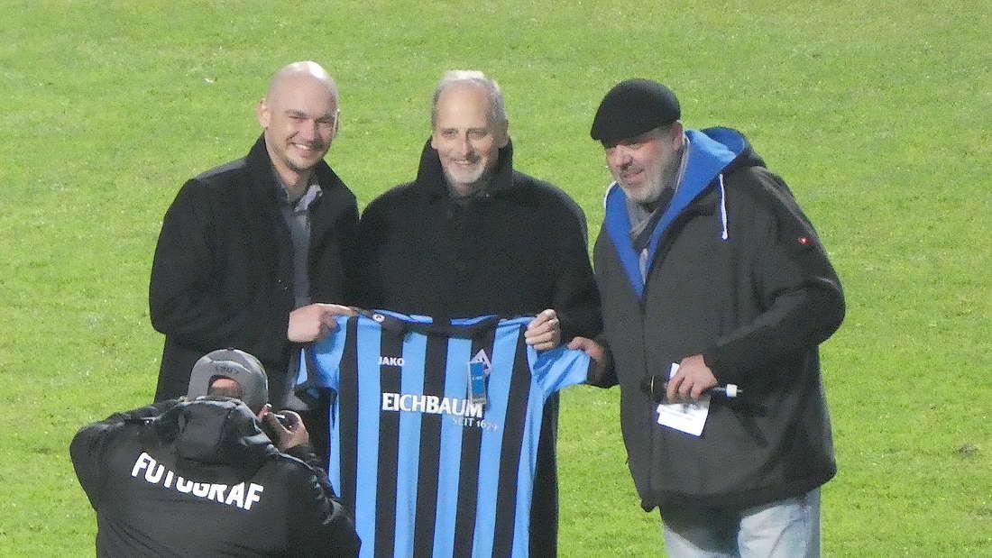 SVW-Geschäftsführer Markus Kompp und Eichbaum-Inhaber Jochen Keilbach mit dem Trikot.