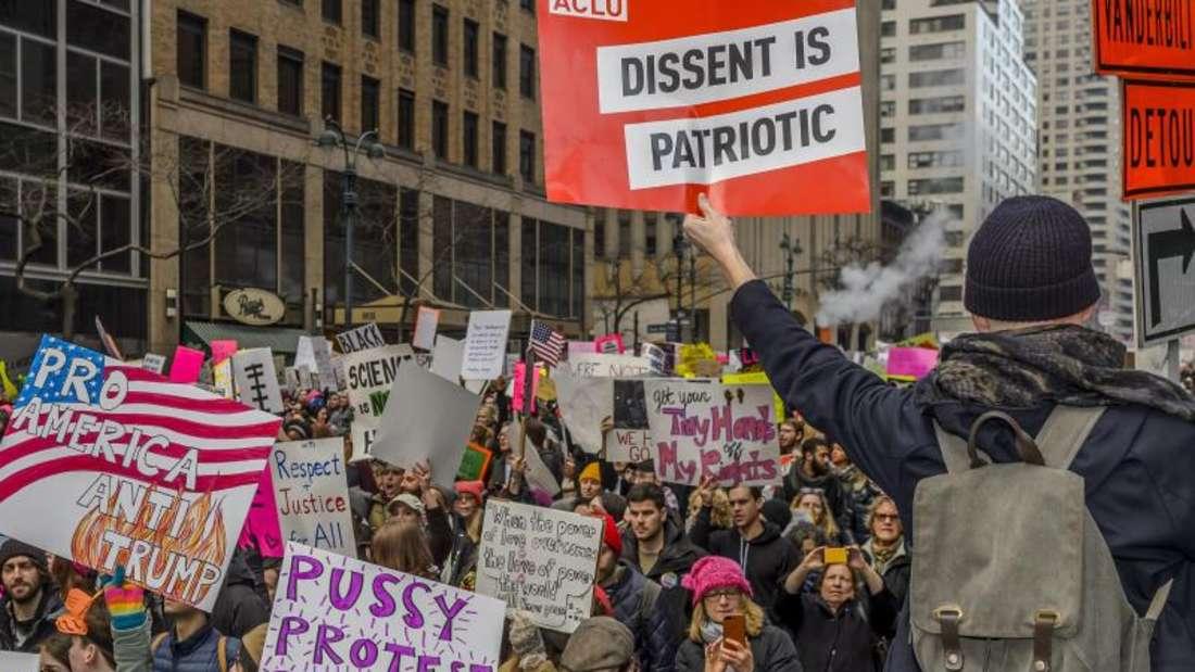 Teilnehmer der Anti-Trump-Kundgebung «Marsch der Frauen» in New York. Foto: Erik Mcgregor