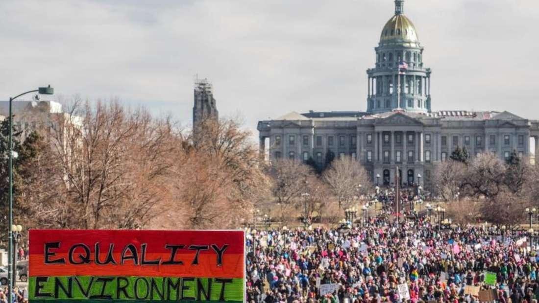 Zahlreiche Menschen nehmen in Denver an der Anti-Trump-Kundgebung «Marsch der Frauen» teil. Foto: Michael Rieger