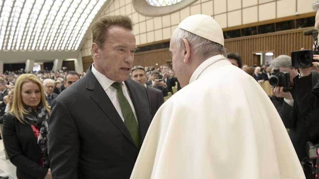 Arnold Schwarzenegger im Gespräch mit Papst Franziskus. Foto: L'Osservatore Romano