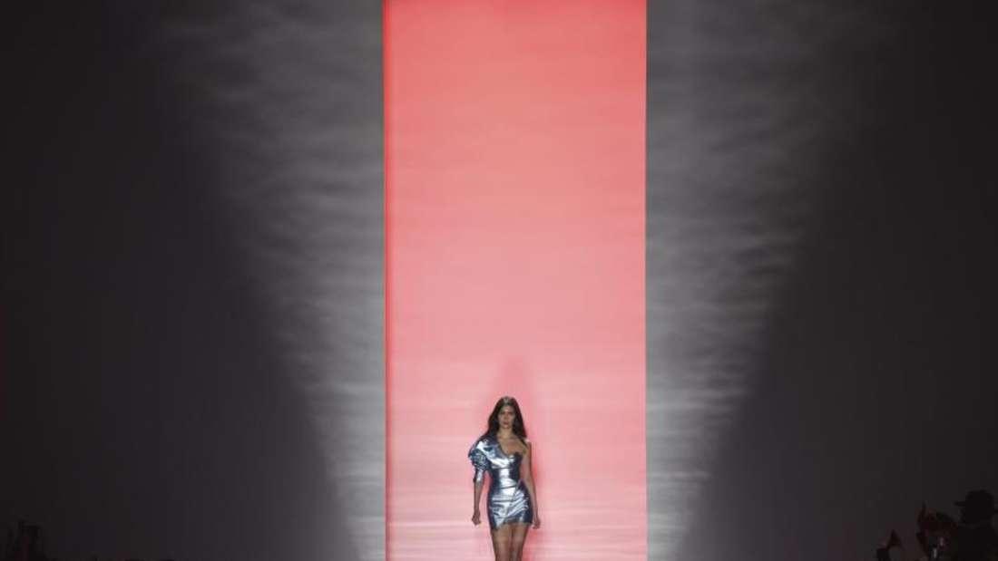 Model Bella Hadid sah bei der Vauthier-Show zauberhaft aus, die Musik dazu war eher gewöhnungsbedürftig. Foto: Zacharie Scheurer