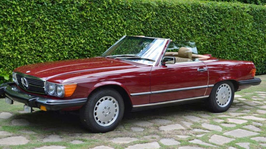 Das Barolorote Mercedes Cabrio Baujahr 1987 ist ein echtes Prachtstück. Der Mercedes-Benz Modell 560SL Baureihe W107 hat einmal Donald Trump gehört.