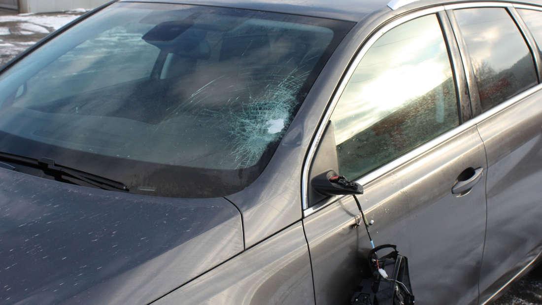 Frontscheibe und den Spiegel sind kaputt - 1.800 Euro Schaden. Eine Eisplatte war von der Plane eines Sattelzugs gerutscht.