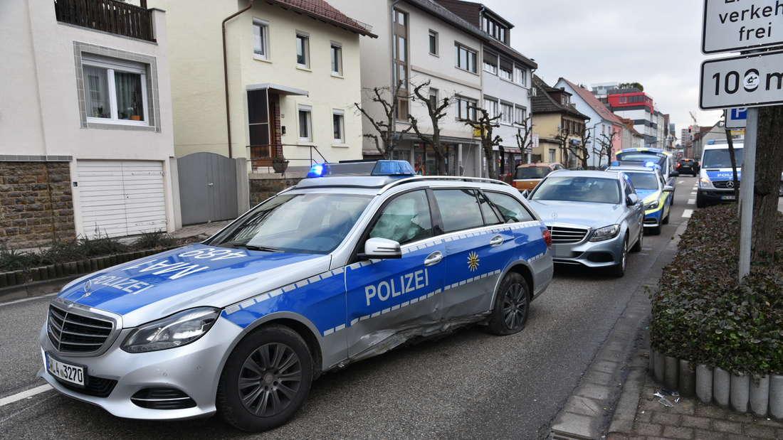 Bei der Kollision zwischen einem VW und einem Streifenwagen entsteht ein Sachschaden von etwa 50.000 Euro.