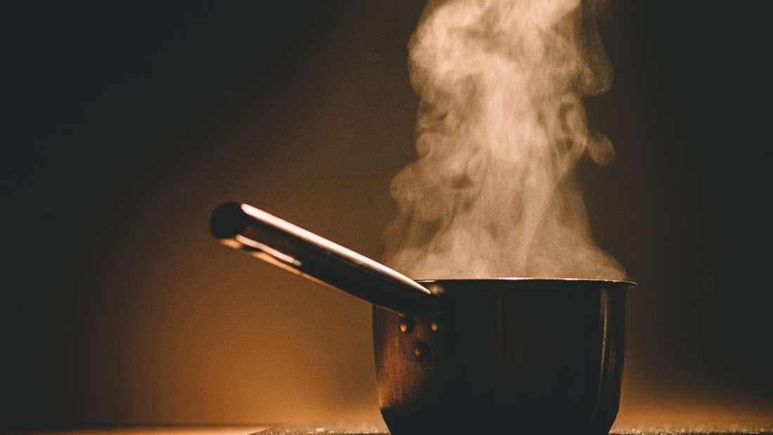 Fettbrand mit Wasser löschen wollen, Frau schwer verletzt