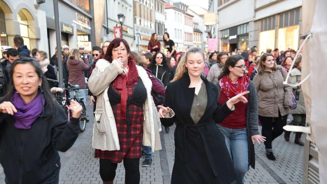 """Zahlreiche Heidelbergerinnen und Heidelberger setzen am Valentinstag mit der Tanzdemo """"One billion rising"""" ein Zeichen gegen Gewalt an Frauen."""