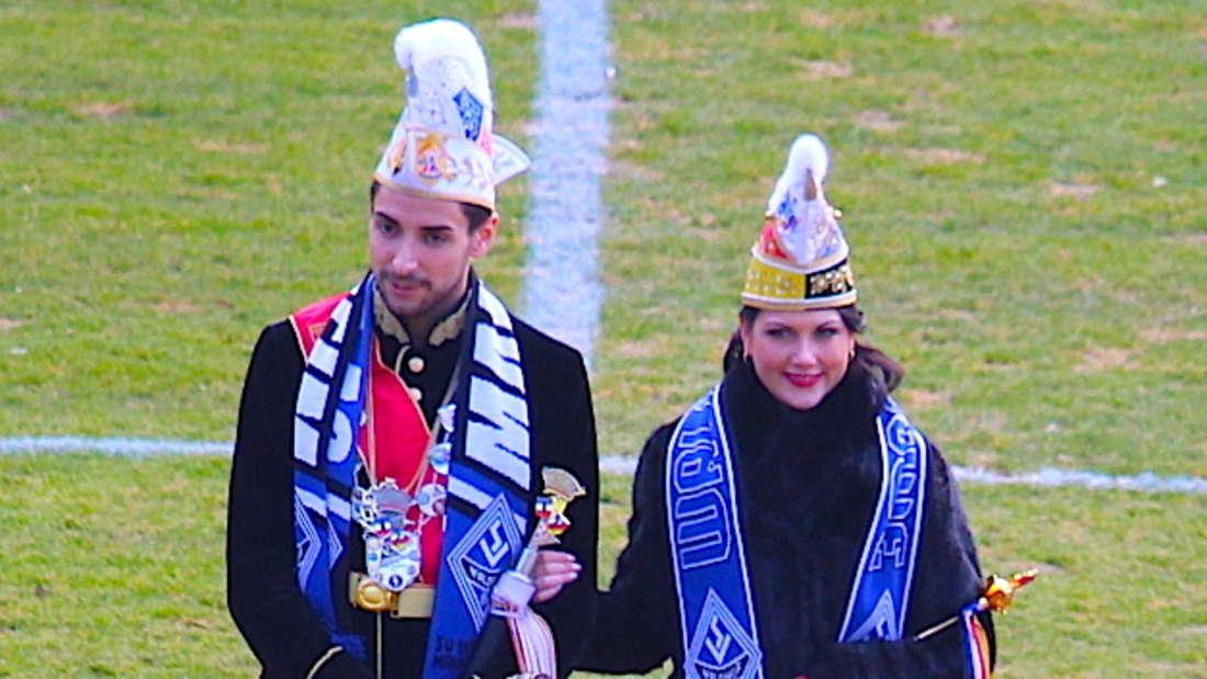 Das Stadtprinzenpaar beim symbolischen Anstoß eines Waldhof-Spiels im Carl-Benz-Stadion.