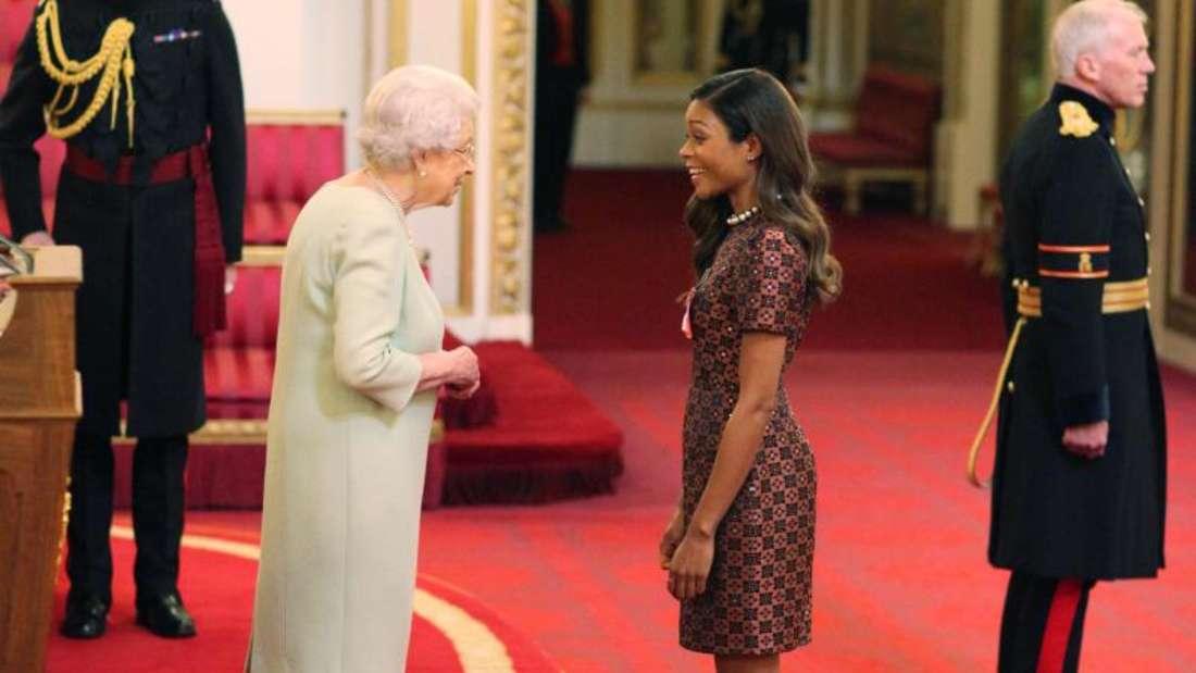 Königin Elizabeth II. verleiht den Orden «Most Excellent Order of the British Empire» an Naomie Harris. Foto: Yui Mok