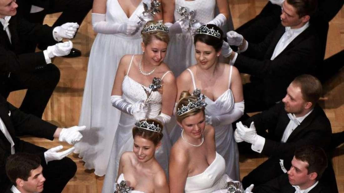 Formvollendet:Das Jungdamen- und Jungherrenkomitee während der Eröffnung des Wiener Opernballes in der Staatsoper Wien. Foto: Herbert Neubauer