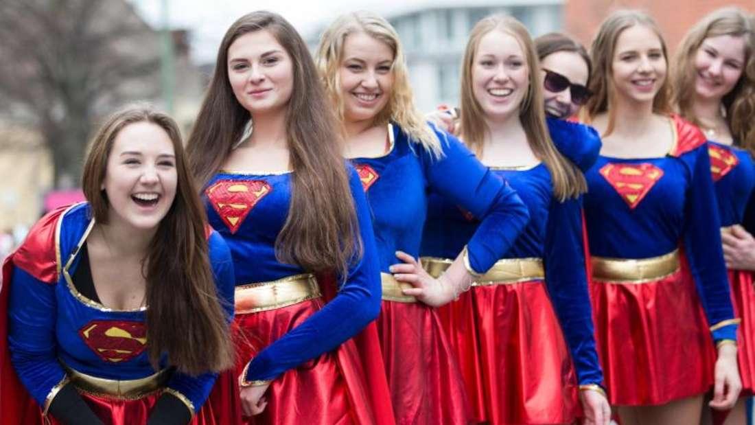 Supergirls feiern beim traditionellen Karnevalsumzug. Foto:Friso Gentsch