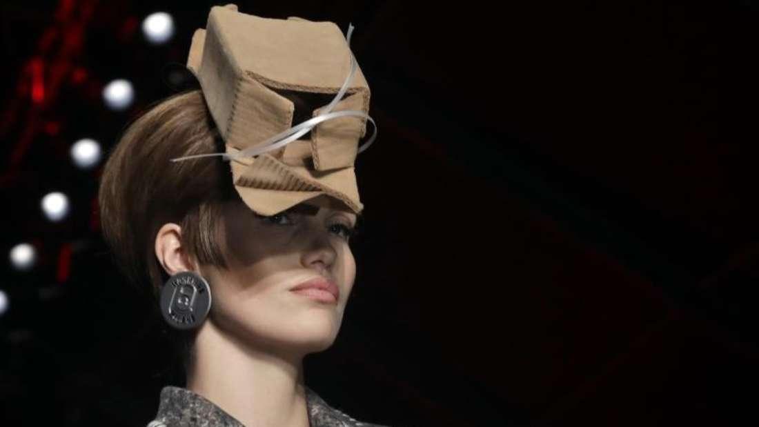 Jeder hat sein Päckchen zu tragen:Moschino in Mailand. Foto: