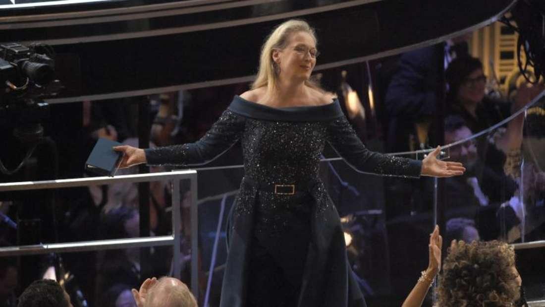 Meryl Streep im nachtblauen Kleid-Hose-Ensemble bei der Oscar-Verleihung. Foto: Chris Pizzello