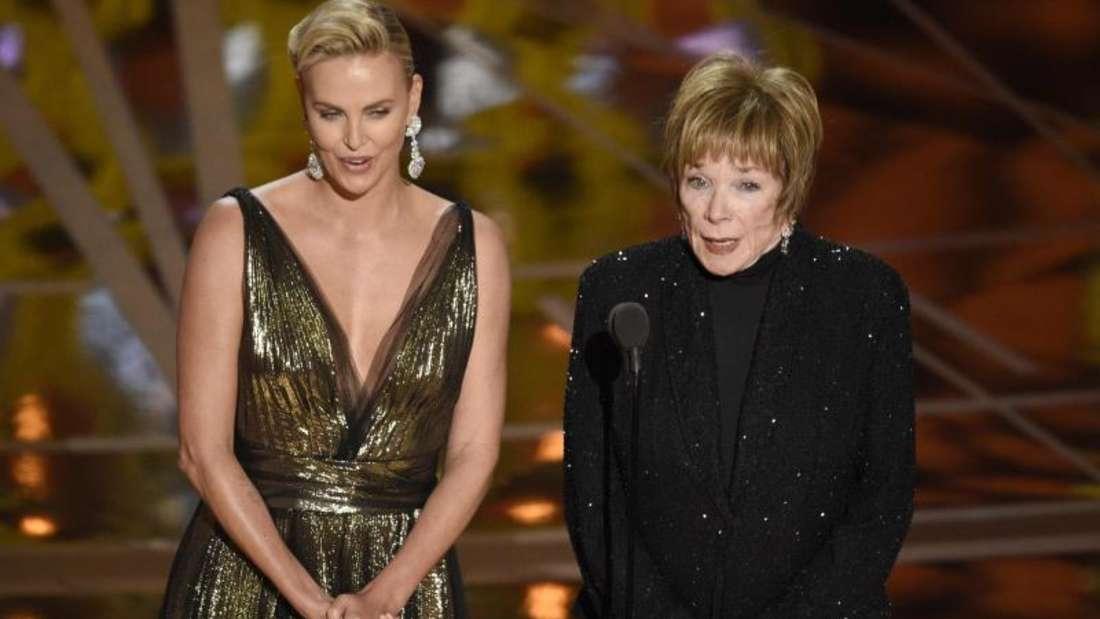 Charlize Theron (l) und Shirley MacLaine bei der Verleihung der Oscars 2017. Fot Foto: Chris Pizzello