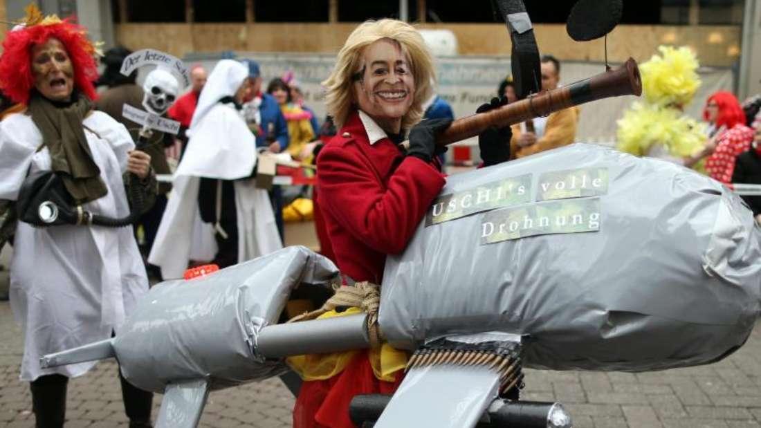 Karnevalistin, die sich als Bundesverteidigungsministerin von der Leyen verkleidet hat. Foto: Rolf Vennenbernd