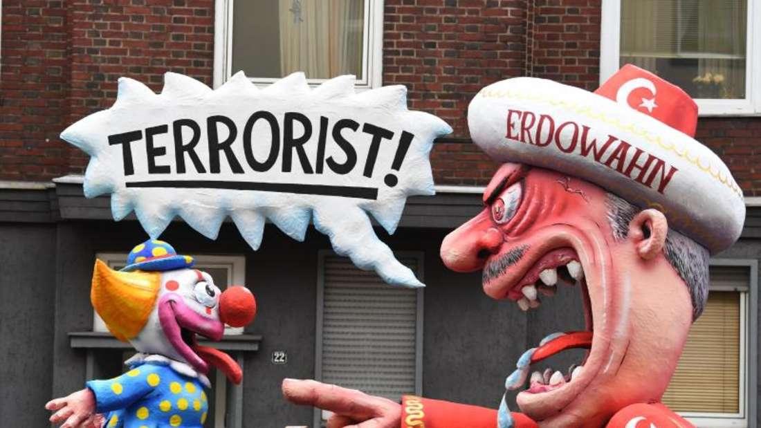 Ein Wagen zum Thema Erdogan beim Rosenmontagszug in Düsseldorf. Foto: Federico Gambarini