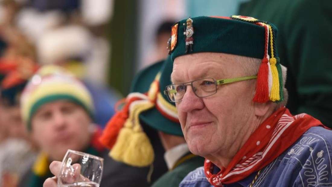 Winfried Kretschmann stimmt sich auf das Froschkuttelessen ein. Foto: Felix Kästle