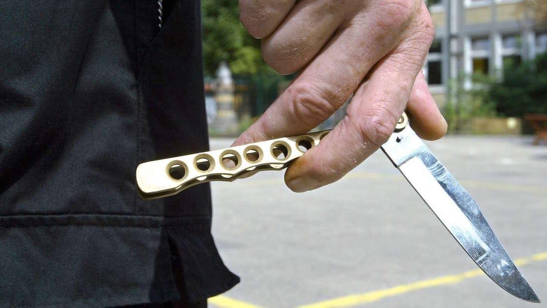 17-Jähriger wird auf einer Party mit einem Messer attackiert. (Symbolfoto)