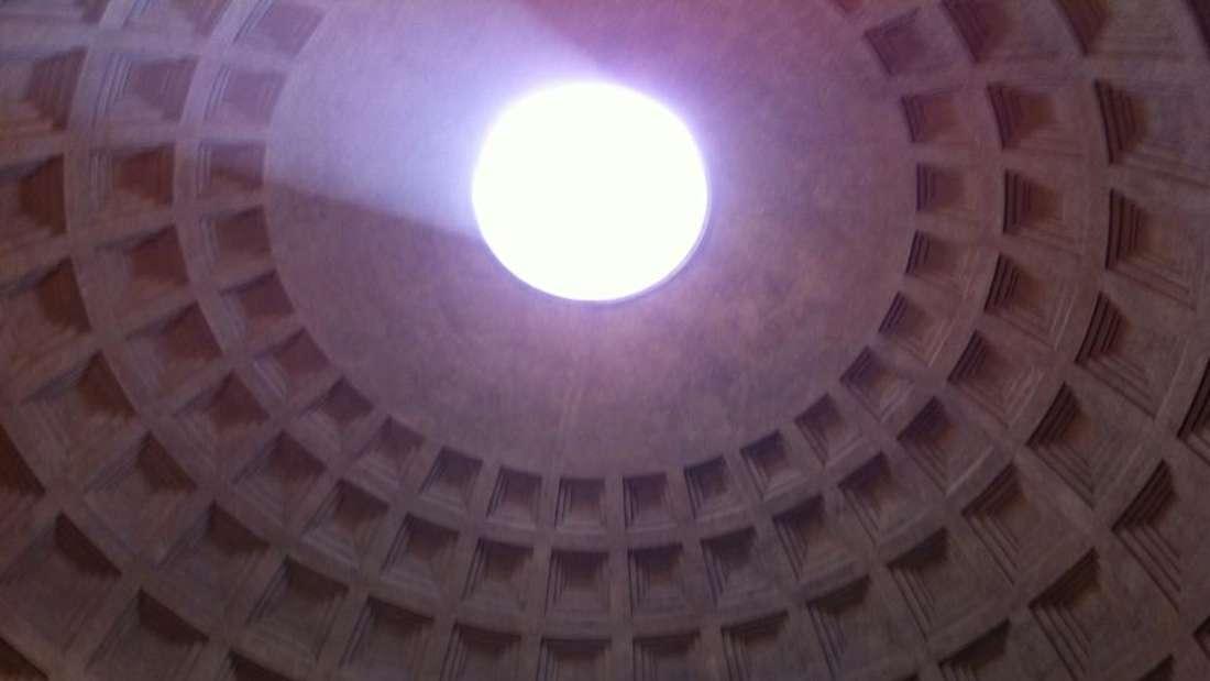 Blick in die Kuppel des Pantheons: Das Pantheon ist ein Bauwerk, das zur Kirche geweiht wurde. Es verfügt über die größte Kuppel weltweit und ist sehr gut erhalten.