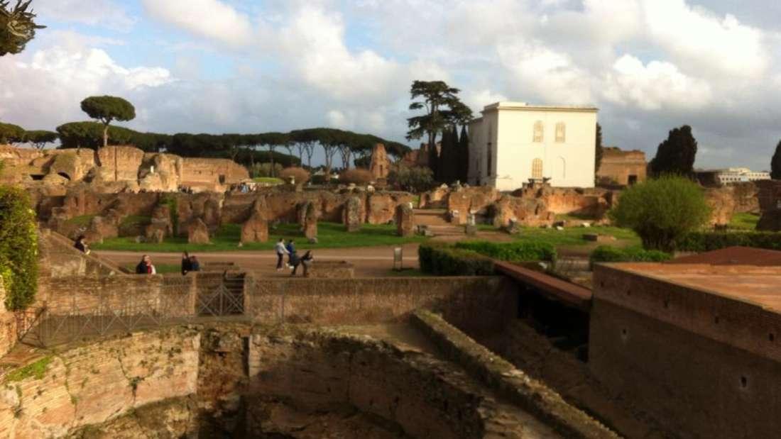 Ein Spaziergang im Forum Romanum bietet ein Spektakel an antiken Ruinen und Bauwerken.