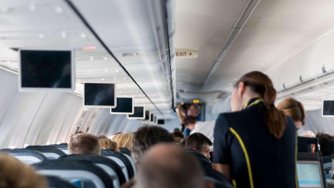 Sie sind manchmal genervt von Ihrem Sitznachbarn im Flugzeug? Mit diesen Tricks umgehen Sie das.