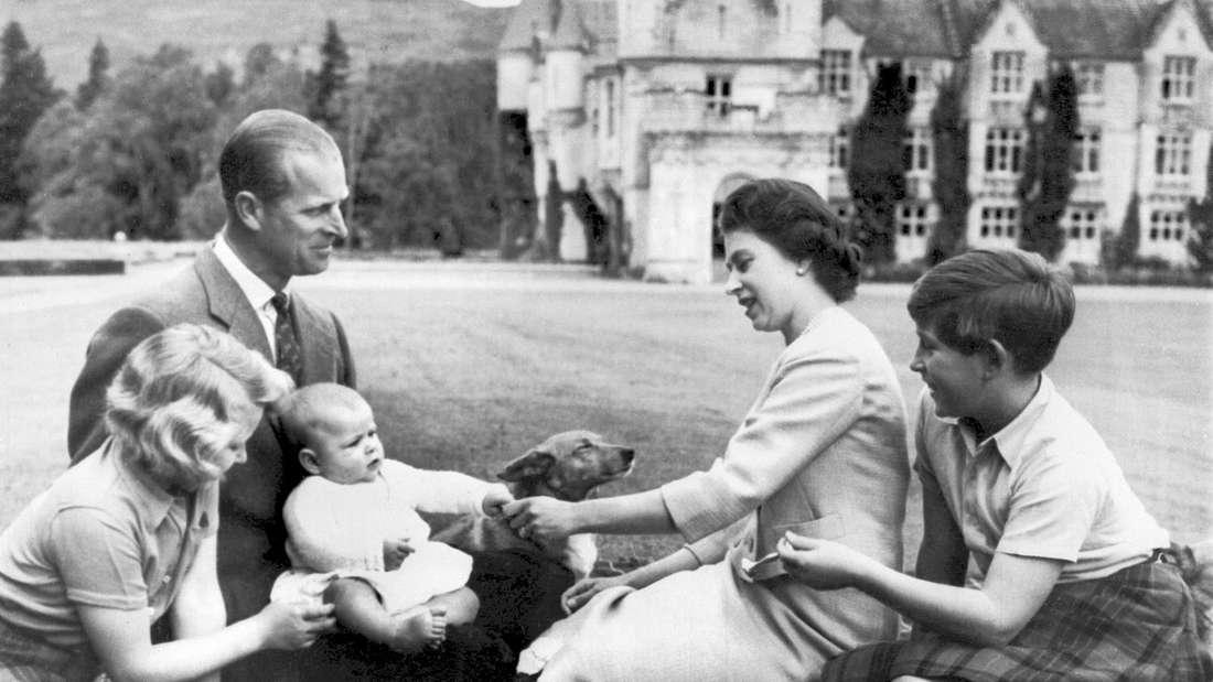 Queen Elizabeth II. mit ihrem Mann Prinz Philip und ihren Kindern Anne, Charles und Andrew vor ihrem schottischen Landsitz Balmoral (1960).