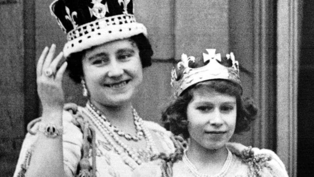 Nach der feierlichen Krönung ihres Gatten George VI. am 12.5.1937 winken Königin Elizabeth und ihre älteste Tochter Prinzessin Elizabeth vom Balkon des Buckingham-Palastes der Bevölkerung zu.