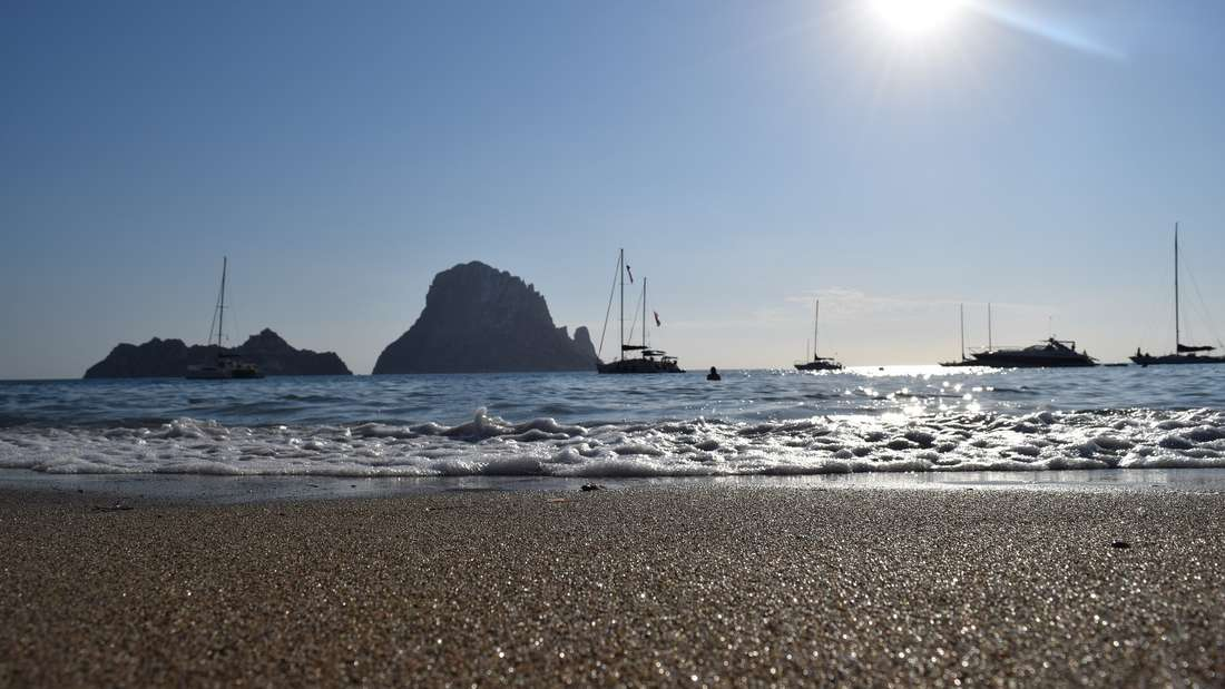Cala d'Hort - versteckt hinter Felsen im Westen der Insel. Ibiza kann nichtnur Party. Es Vedrà und Es Vedranel finden Strandlieger am Cala d'Hort.
