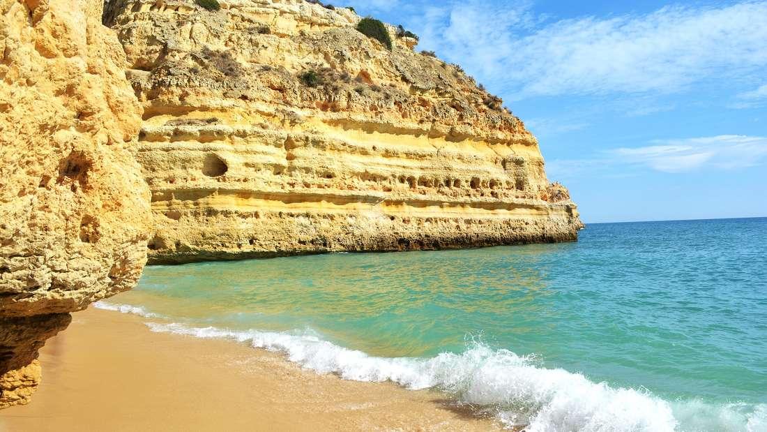 Praia de Marinha ist ein Strand an der Algarve, der südlichsten portugiesischen Provinz.