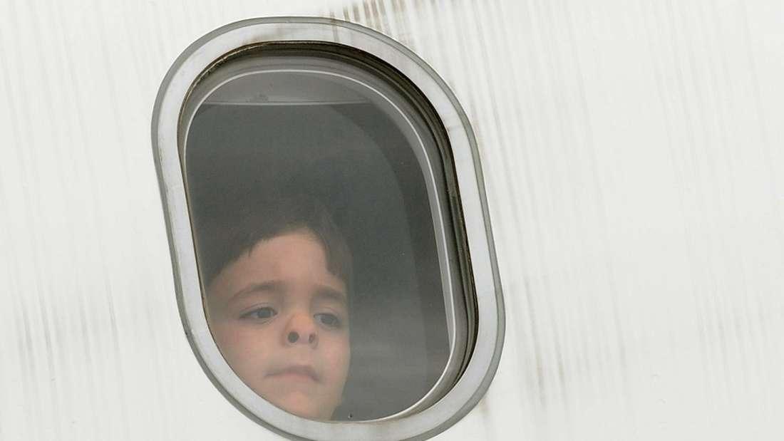Warum haben Flugzeugfenster immer ein kleines Loch am unteren Rand?