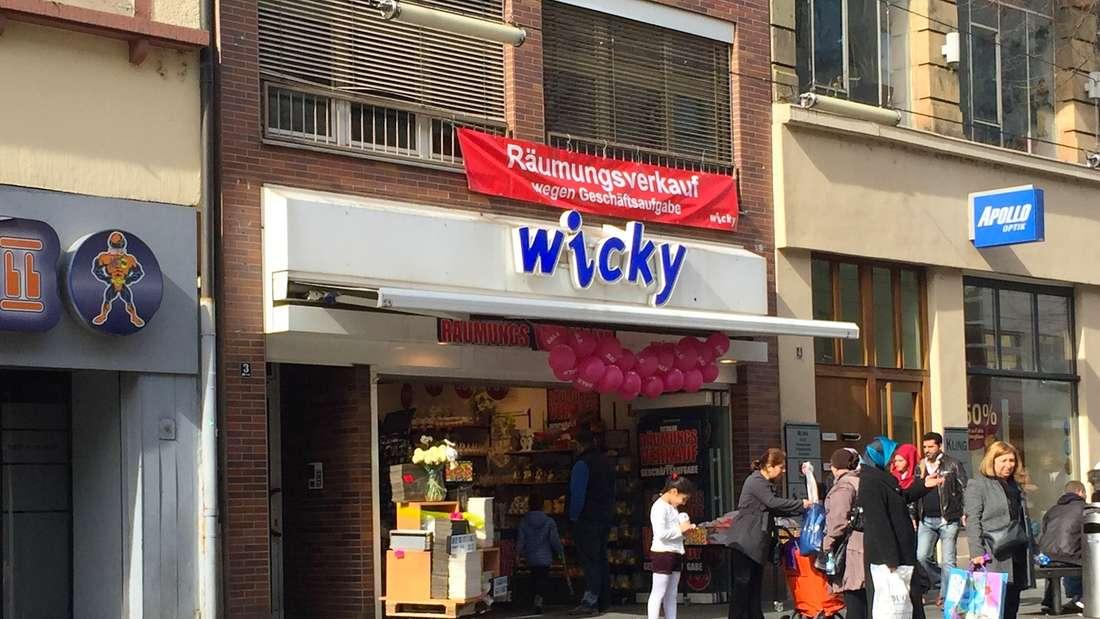 """Im März fand der Räumungsverkauf imGeschenkartikelladen""""wicky""""."""