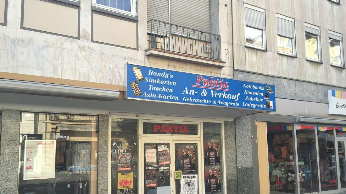 An diesen Laden erinnert nur noch das Schild überm Eingang – die Fenster sind vollplakatiert.