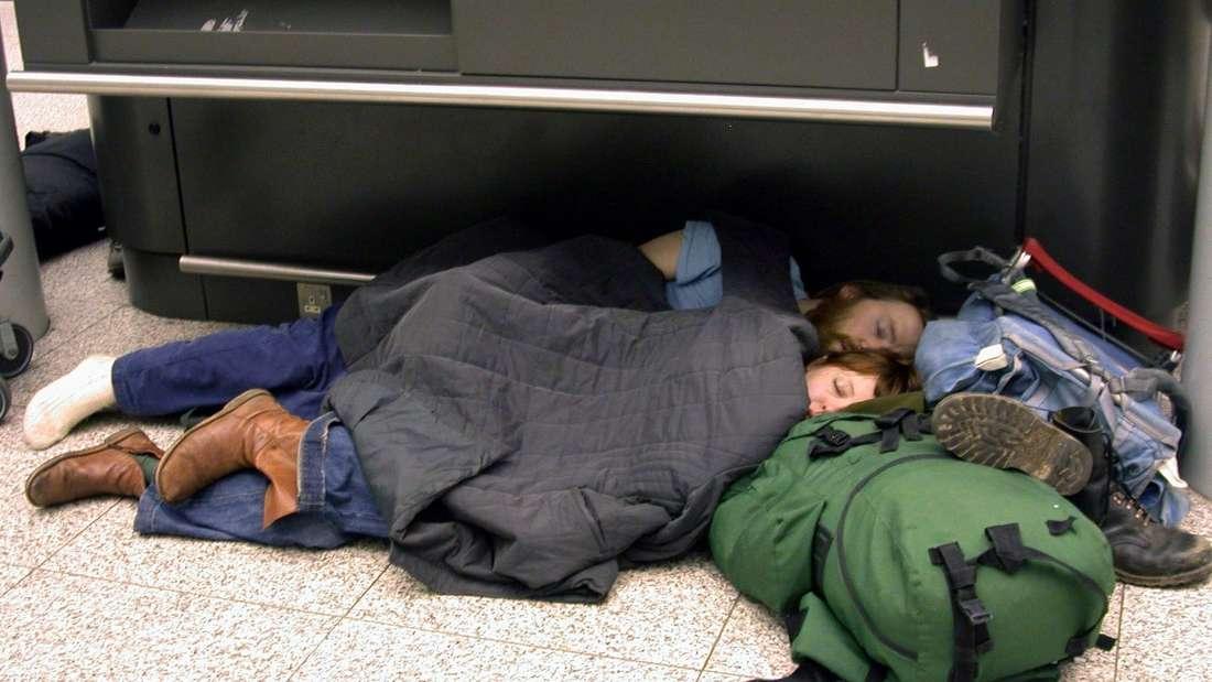 Nervig: Passagiere übernachten wegen Verspätung eines Fluges am Flughafen in London.