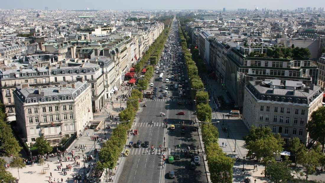Die Champs-Élysées in Parislockt als teuerste Straße Europas vorwiegend mit edlen Boutiquen und bekannten Designernamen