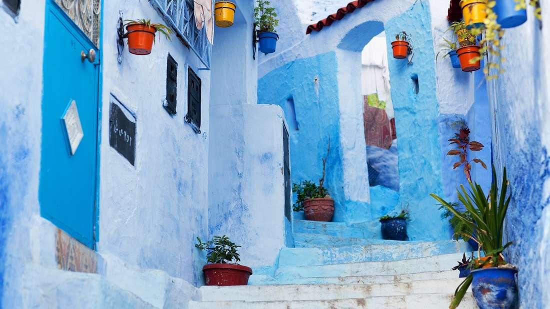 Nach Chefchaouen in Marokkozieht es vor allem Marokko-Besucher, die dem Trubel der großen Städte für ein paar Tage entgehen wollen. Als einige der schönsten, blauen Straßen gelten die Rue Outiwi, die Rue Bin Souaki und die Al Hassan Onsar.