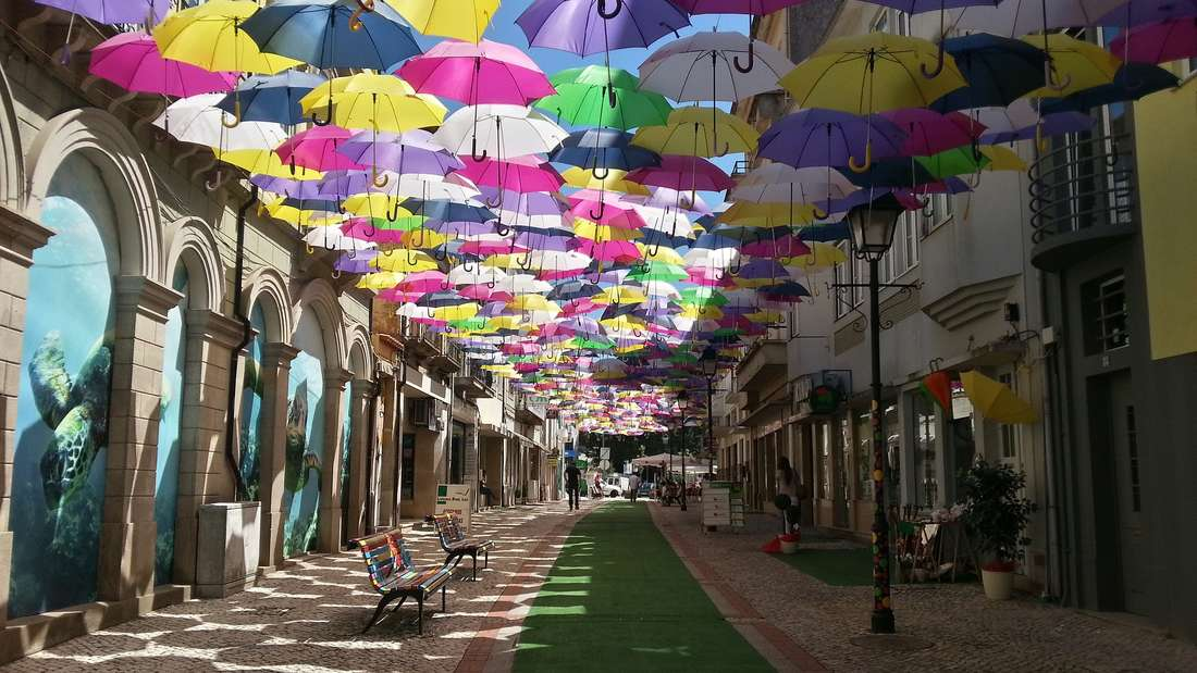 Die portugiesische Stadt Águeda spannt zum jährlichen Kunst-Festival AgitÁgueda Schirme über den Straßen auf.